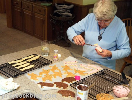 Mom frosting Cookies